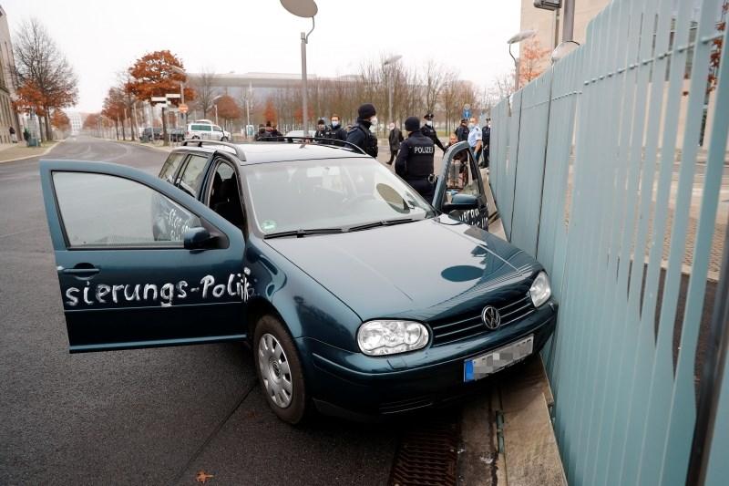 #foto V ograjo urada nemške kanclerke se je zaletel avtomobil