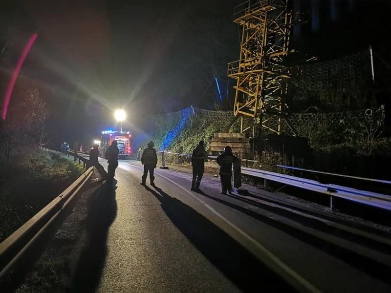 Pri pospravljanju žerjava en delavec umrl, dva poškodovana