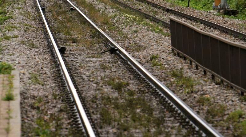 Vlak do smrti zbil mladoletnico, ki se je s prijateljico fotografirala na tirih