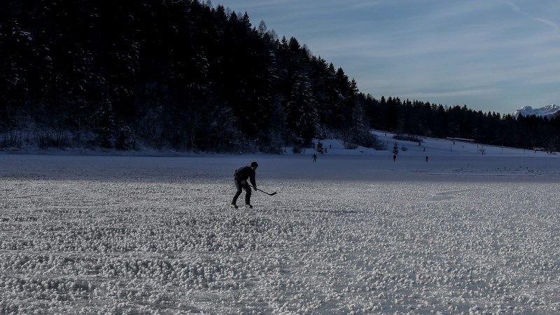 Iz zamrznjenega ribnika reševali otroka, ponoči iskali pogrešanega enajstletnika