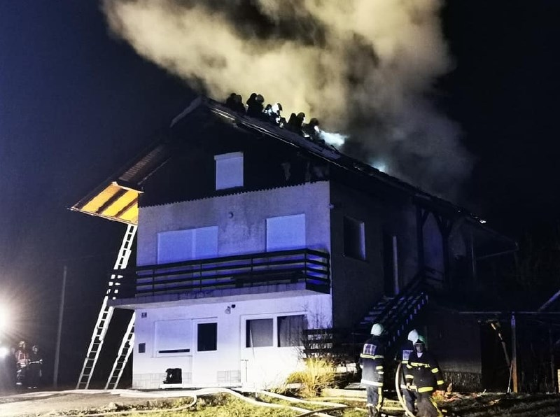 Ogenj uničil celo stanovanje, štiri osebe opečene
