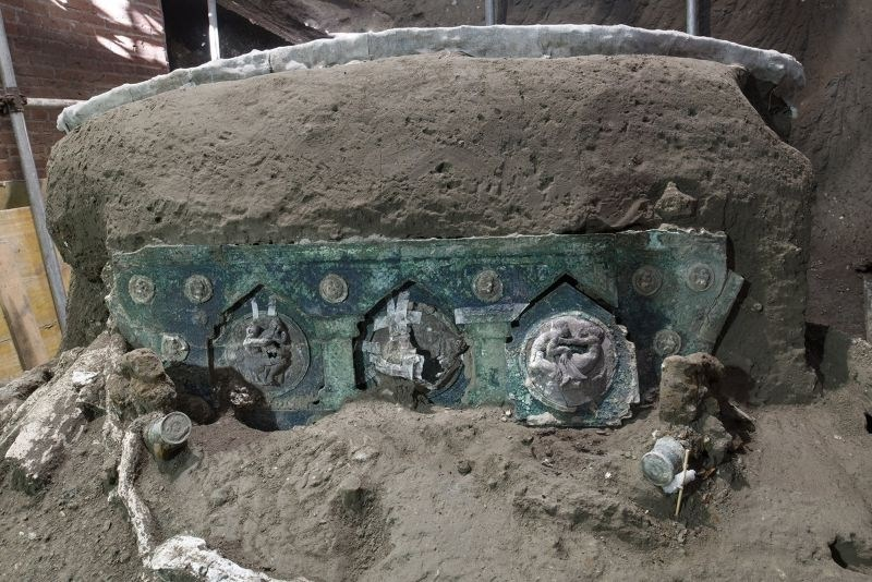 V Pompejih odkrili odlično ohranjeno kočijo z erotičnimi motivi