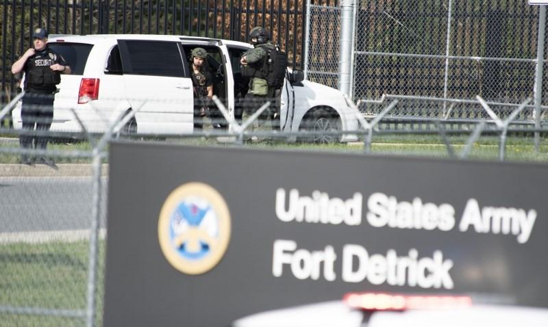 Bolničar ameriške mornarice ustrelil moška in končal pod streli policije