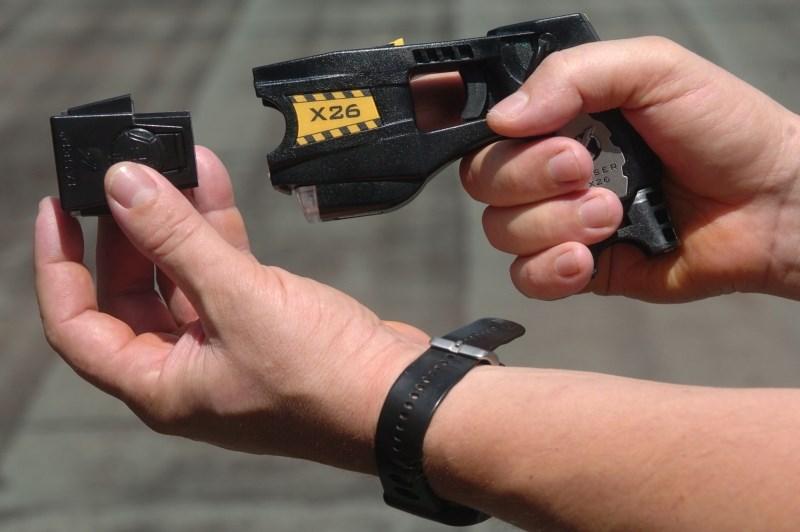 Z nožem zamahnila proti policistu, ta uporabil električni paralizator