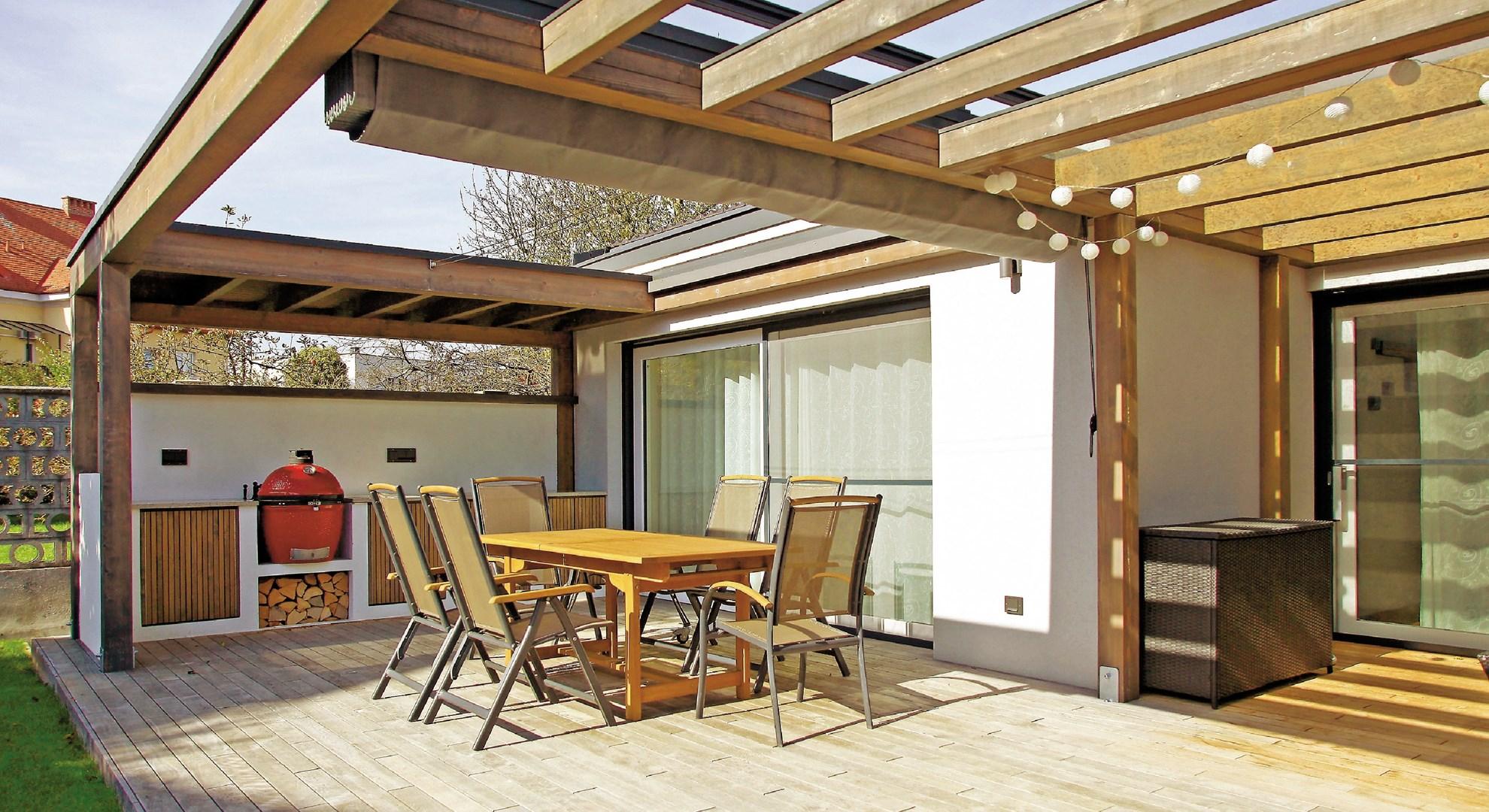 Lesena preobrazba: ljubljanska letna kuhinja z vrtno ložo