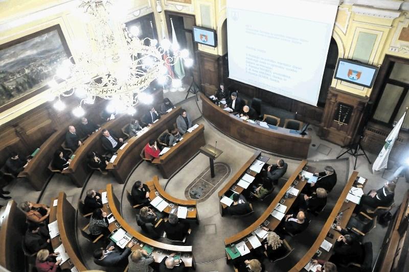 Ministrstvo za javno upravo: Prenos sej na daljavo dovoljen