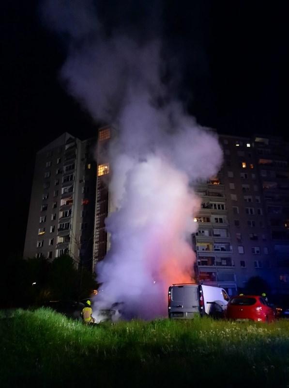 Pred stanovanjskim blokom v Mostah ponoči požar zajel sedem vozil