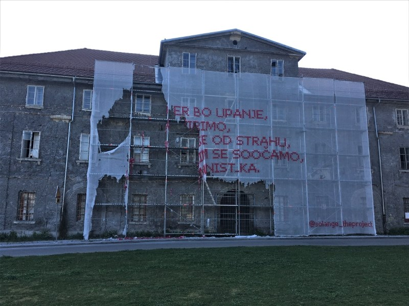 Vandali uničili umetniško delo Solange na pročelju Cukrarne