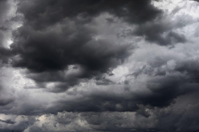 Vreme: Spremenljivo do pretežno oblačno z občasnimi krajevnimi plohami