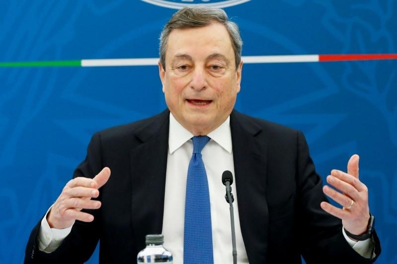 Draghi, ki že prejema dve visoki pokojnini, se je odrekel plači premierja