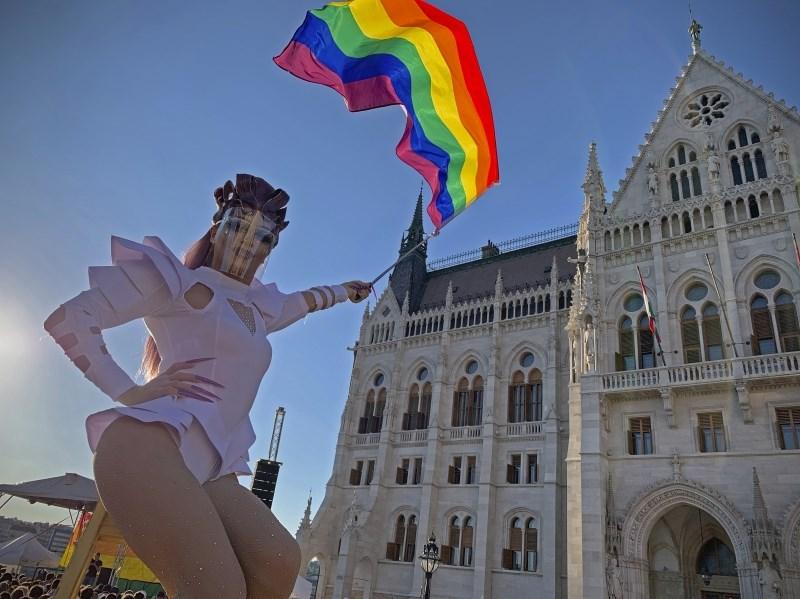 Orban napovedal referendum o zakonu o omejevanju dostopa do informacij o LGBTIQ