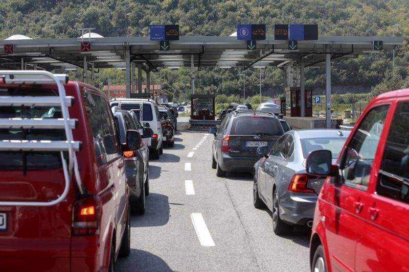 Na mejnih prehodih s Hrvaško nastajajo daljše čakalne dobe