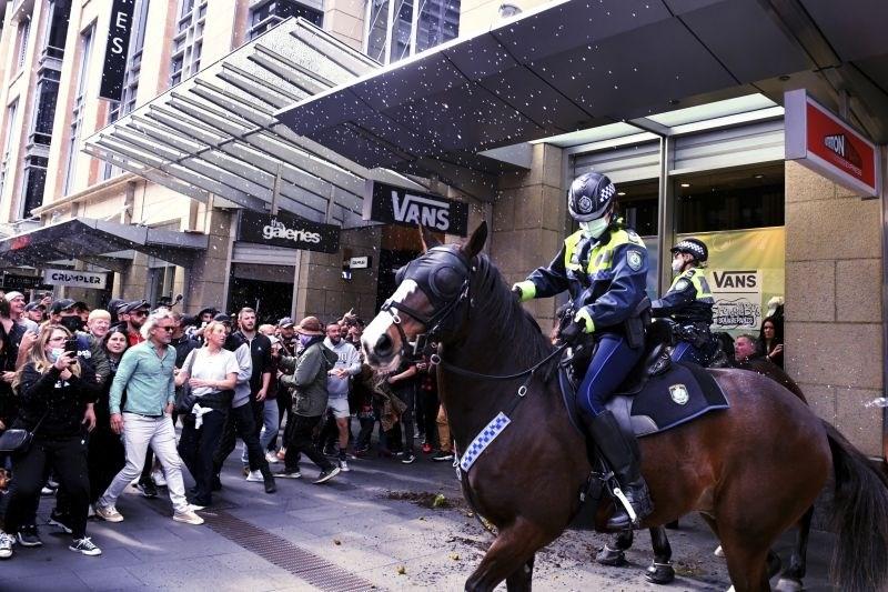 V Hanoju zaprtje javnega življenja, v Sydneyju nasilni protesti