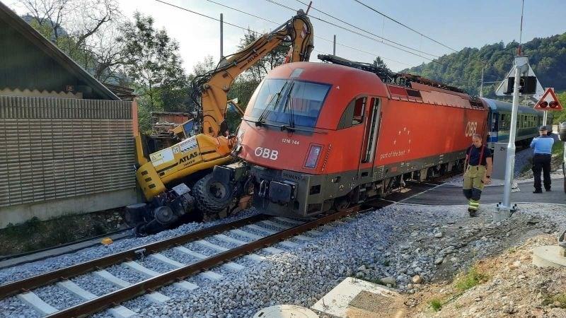 Potniški vlak v Podnartu pri Radovljici trčil v delovni stroj