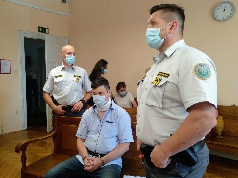 Na sojenju za trojni umor v Gerečji vasi pričala zdravnica in stric obdolženega