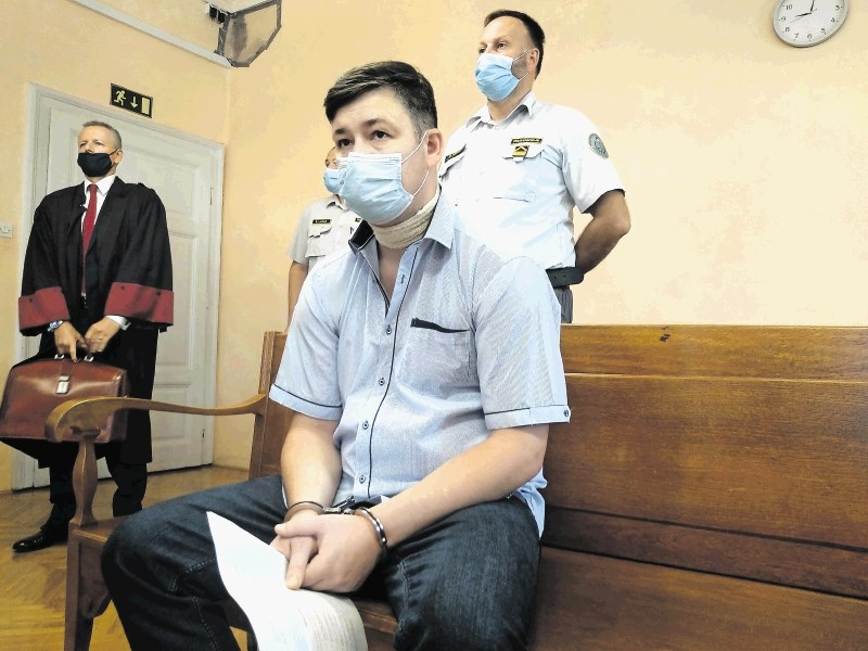 Oče trojnega morilca preglasil tožilko in sodnika