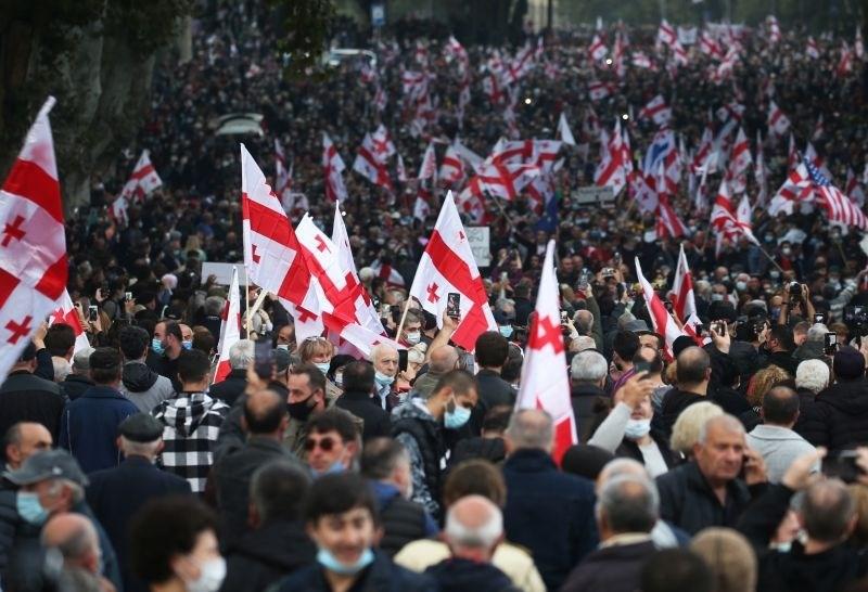Več deset tisoč ljudi na ulicah v podporo Sakašviliju
