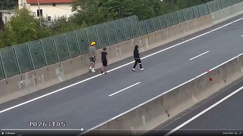 #video Sredi gorenjske avtoceste legel na tla, prijatelj ga je snemal