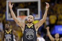 #video Stephen Curry z rekordnimi devetimi trojkami za povečanje vodstva Golden State Warriors
