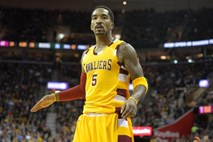 #video Košarkar JR Smith pretepel neznanega moškega