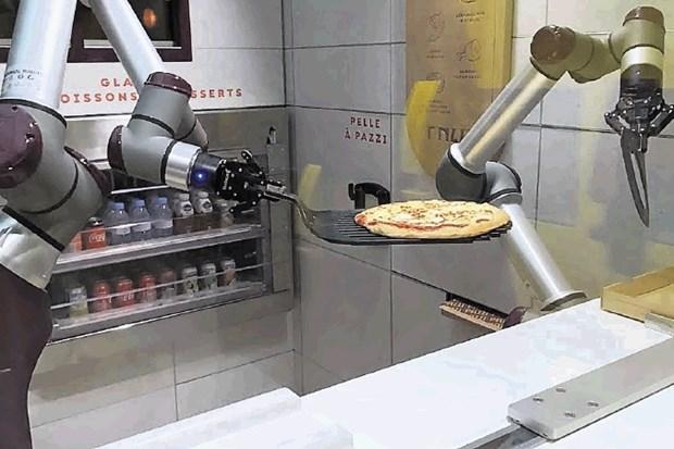 Roboti pečejo, ljudje čistijo